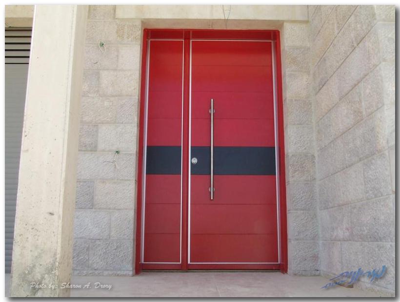 красная входная дверь бренда Рав Бариах