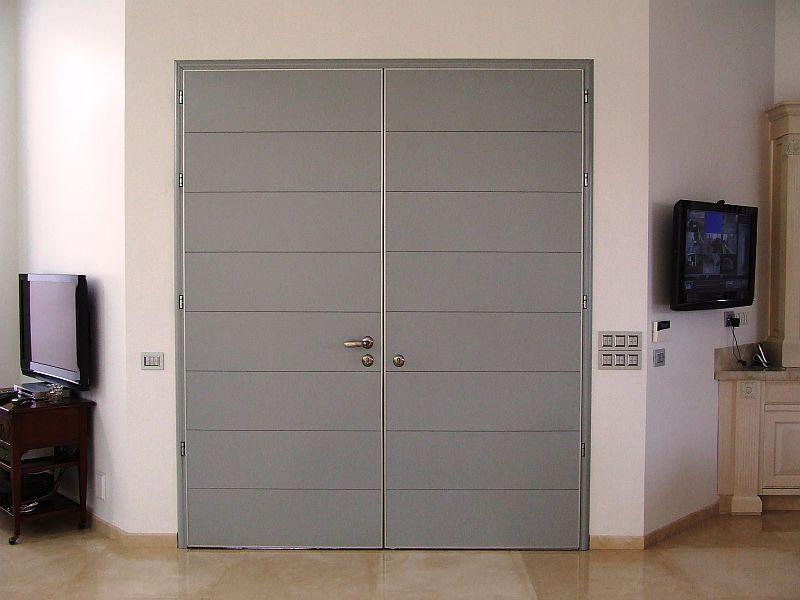 серая двухстворчатая дверь для офиса