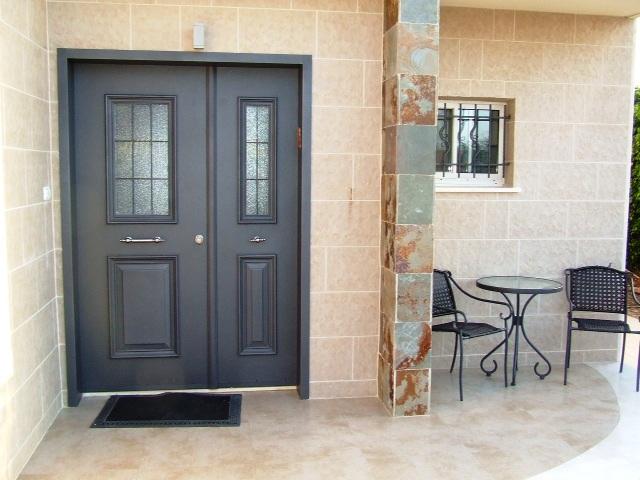 серо-голубая двухстворчатая дверь в частном доме